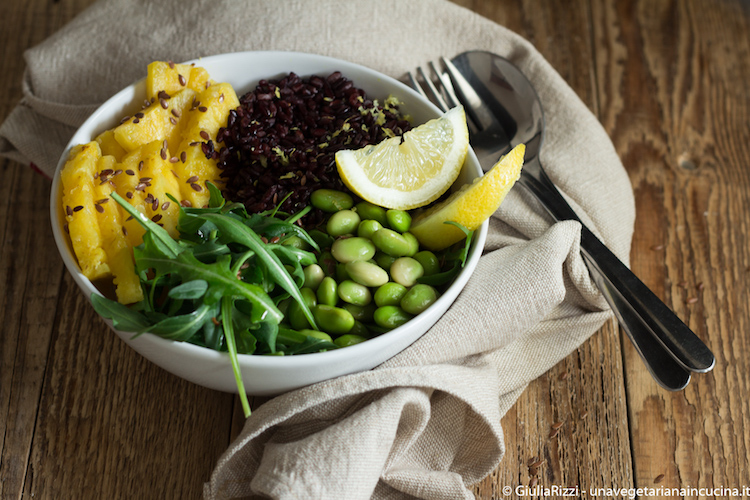 Buddha bowl con riso venere verdure e ananas
