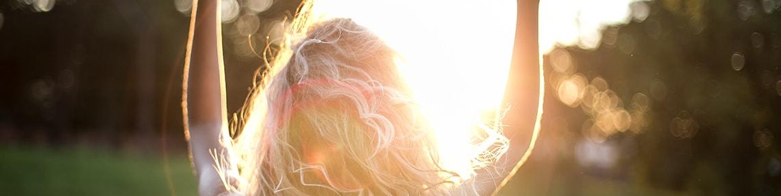 donna bionda al sole